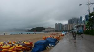 Het strand van Haeundae in de mist.